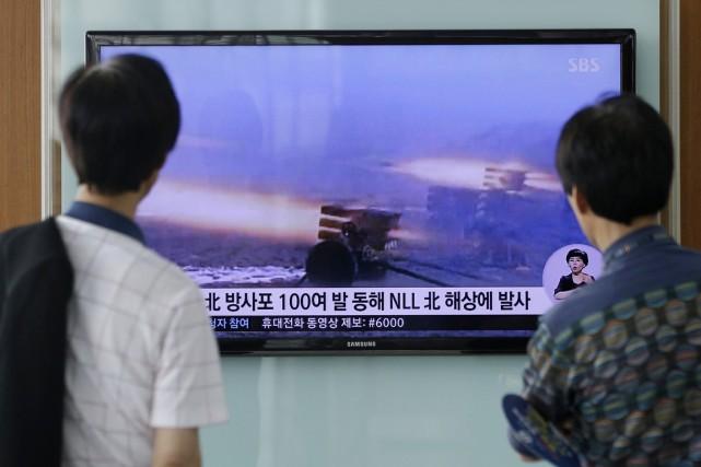Dans une gare de Séoul, deux Sud-Coréens regardent... (PHOTO LEE JIN-MAN, AP)