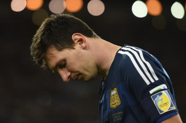 Lionel Messi avait la tête basse après la... (Photo Fabrice Coffrini, AFP)