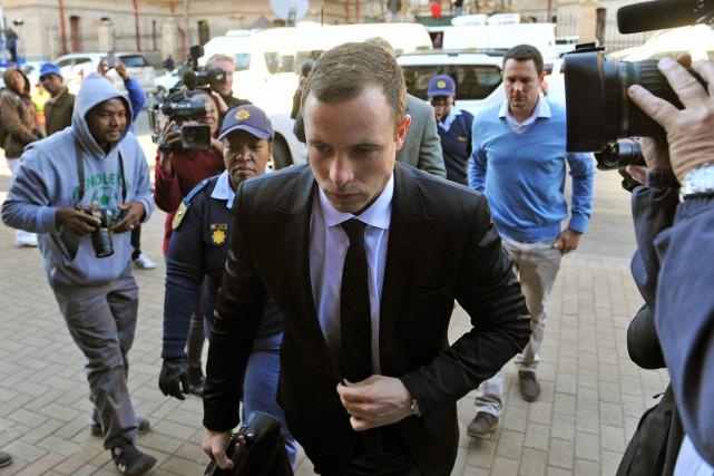 Oscar Pistorius arrive au tribunal, à Pretoria, le... (PHOTO ANTOINE DE RAS, archives afp)