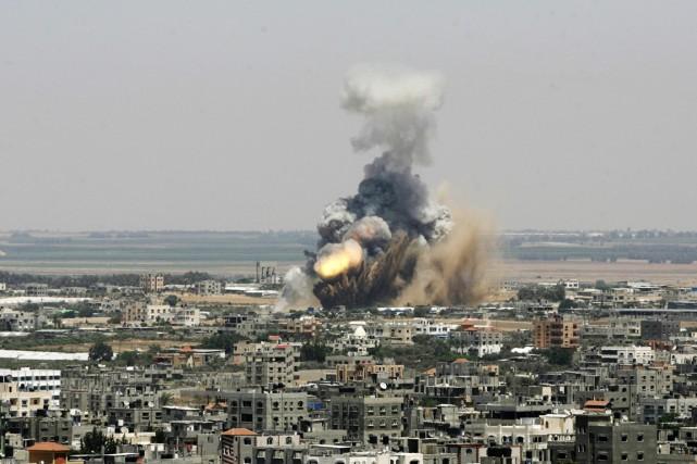 Un missile israélien explose à Rafah, dans la... (PHOTO EYAD BABA, ARCHIVES AP)
