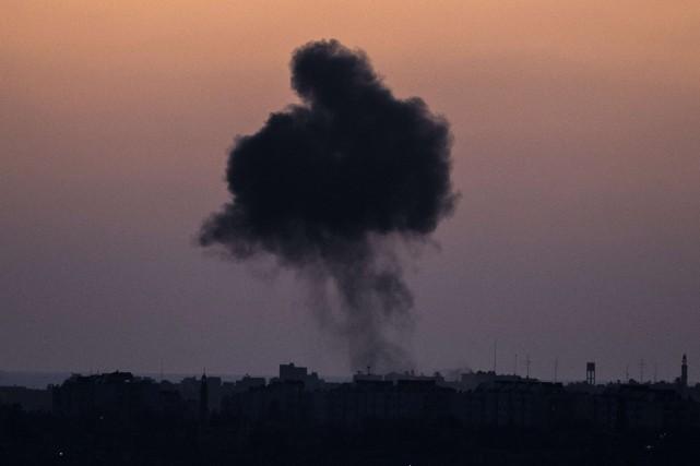 De la fumée s'élève d'un bâtiment de Gaza... (PHOTO AFP)