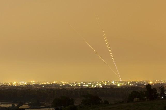 Des roquettes sont tirées par le Hamas vers... (PHOTO AMIR COHEN, ARCHIVES REUTERS)