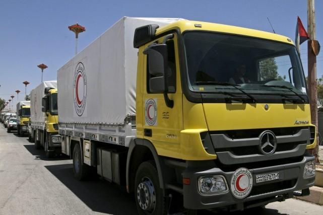 De l'aide humanitaire livré par le Croissant rouge... (Photo AP)