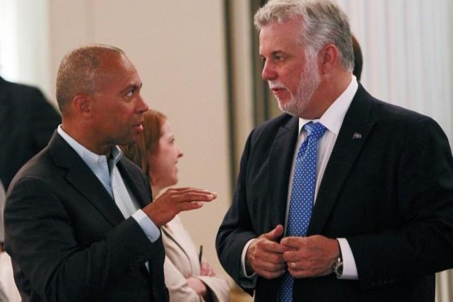 Le premier ministre Philippe Couillard (droite) en compagnie... (Photo AP)