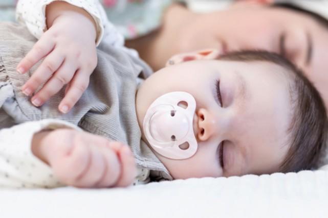 Le «co-dodo» ou sommeil partagé est le premier facteur de mort subite chez les... (PHOTO DIGITAL VISION/THINKSTOCK)