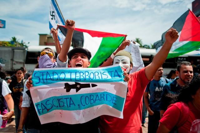 Une cinquantaine d'étudiants et de militants pro-palestiniens se... (PHOTO JOSE CABEZAS, AGENCE FRANCE-PRESSE)