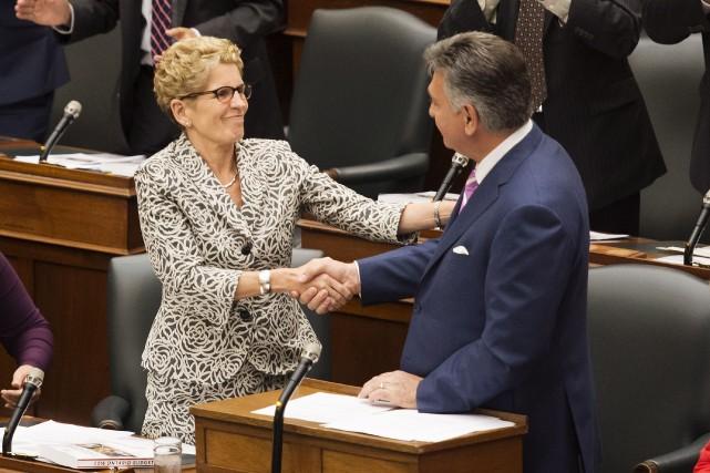 Kathleen Wynne et le ministre des Finances,Charles Sousa,affirment... (Photo Darren Calabrese, PC)