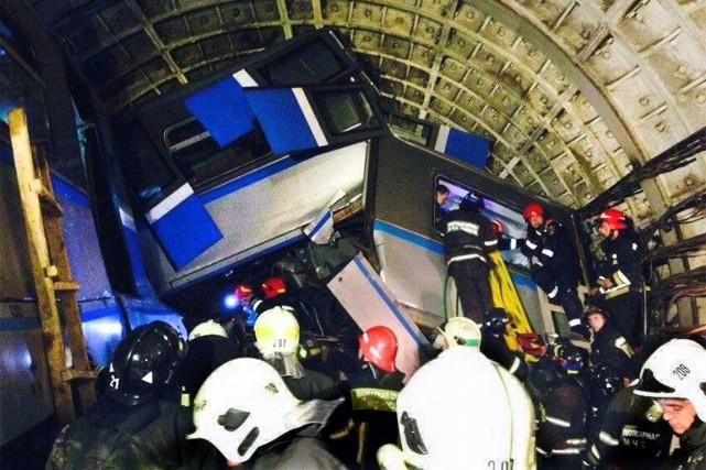 Le déraillement d'une rame du métro de Moscou... (PHOTO VARYA VALOVIL, AFP/ITAR-TASS)