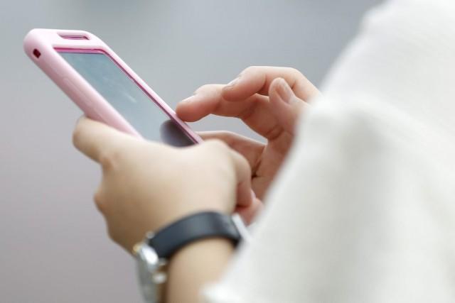 Une famille anglaise a été choquée de recevoir un SMS de leur grand-mère... (Photo Kiyoshi Ota, Archives Bloomberg)
