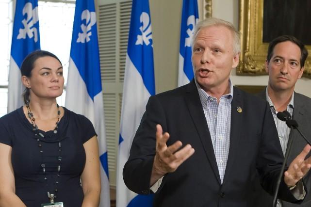 Jean-Francois Lisée, au centre, est accompagné de sa... (PHOTO CLÉMENT ALLARD, LA PRESSE CANADIENNE)