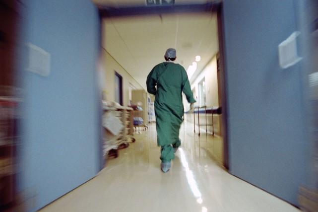 Le Dr Stephen Daniel Harrison, 50 ans, est radié pour un an pour avoir posé des... (Photo d'archives)