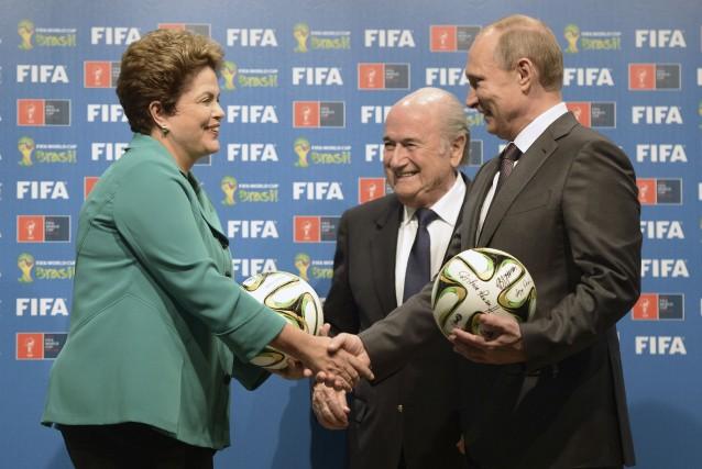 En recevant le ballon de la Coupe du... (Photo Reuters)
