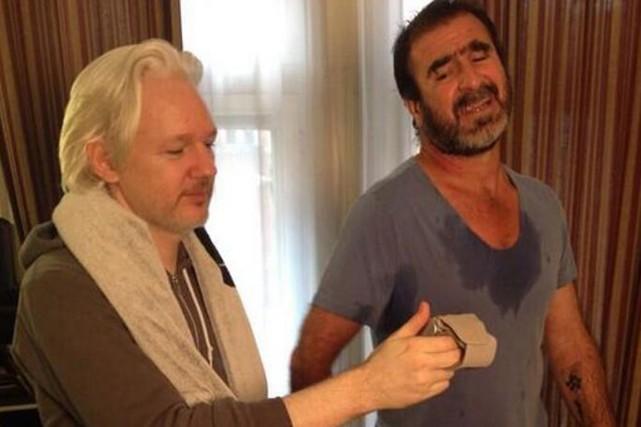 Julian Assange semble chronométrer la performance de Cantona... (PHOTO TIRÉE DE TWITTER)