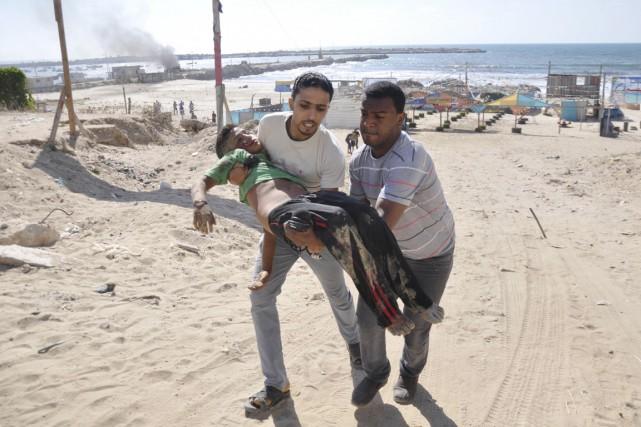 Deux frappes ont détruit une paillote sur une... (PHOTO MOHAMMED TALATENE, REUTERS)