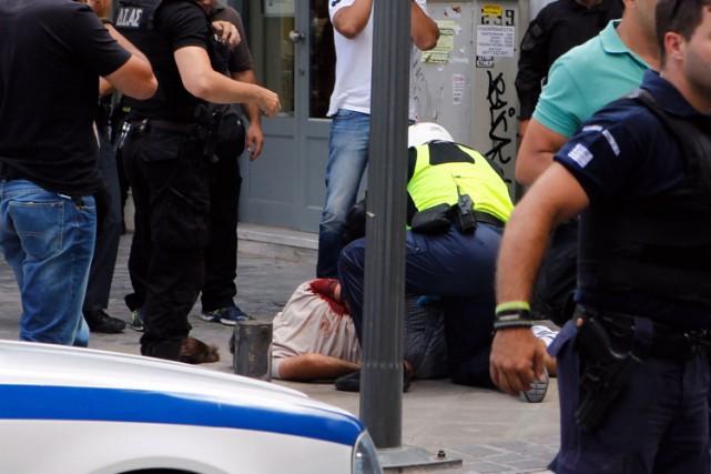 Des photos montrent Nikos Maziotisà terre, menotté dans... (Photo: AFP)