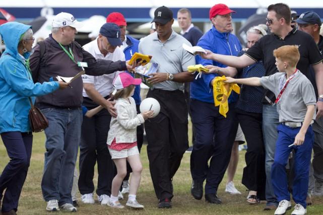 Tiger Woods a été assailli par des fans... (Photo: AP)