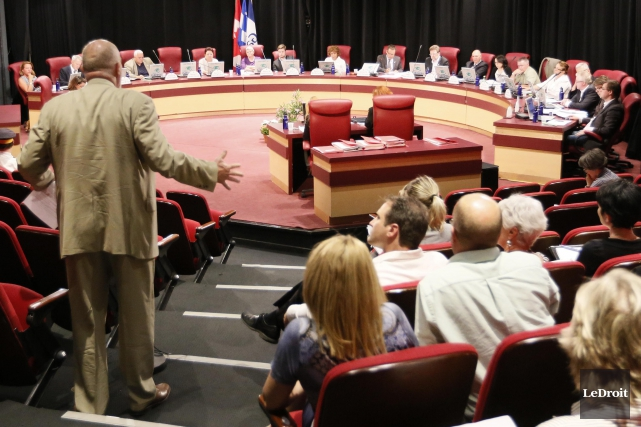 Et la saga continue au conseil municipal de Gatineau. Il a été élu pour mener à... (Simon Séguin-Bertrand, archives LeDroit)