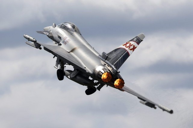 Un Eurofighter Typhoon a fait un vol de démonstration, hier,... (Photo Sang Tan, AP)