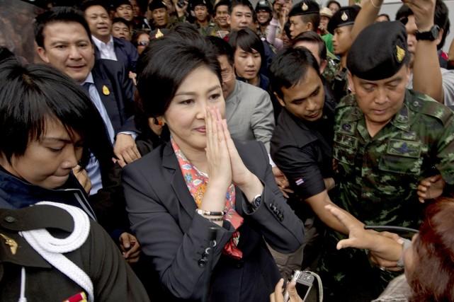 Yingluck, arrivée au pouvoir grâce à sa victoire... (PHOTO PORNCHAI KITTIWONGSAKUL, ARCHIVES AFP)