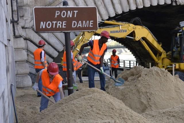 Les 5000 tonnes de sable nécessaires à l'opération... (PHOTO MIGUEL MEDINA, AFP)