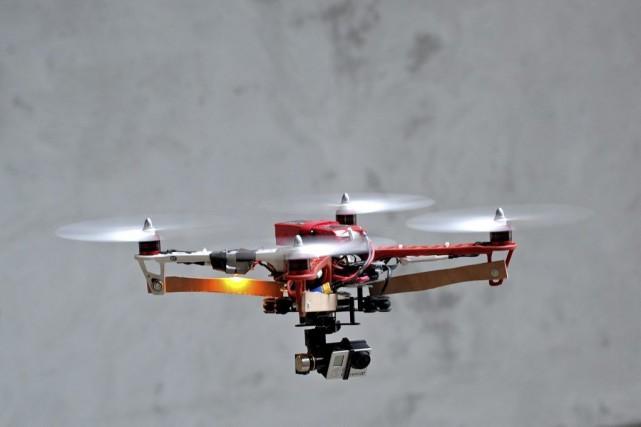Équipé d'une caméra GoPro et de six hélices,... (PHOTO JEAN-PIERRE CLATOT, AFP)