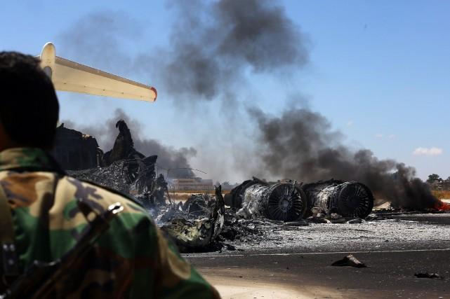 Des rebelles islamistes attaquent depuis plusieurs jours l'aéroport... (PHOTO MAHMUD TURKIA, AP)