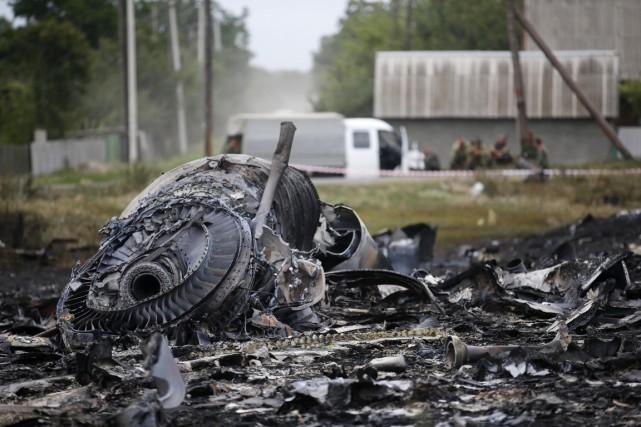 Des débris du Boeing 777 de Malaysia Airlines,... (PHOTO MAXIM ZMEYEV, REUTERS)