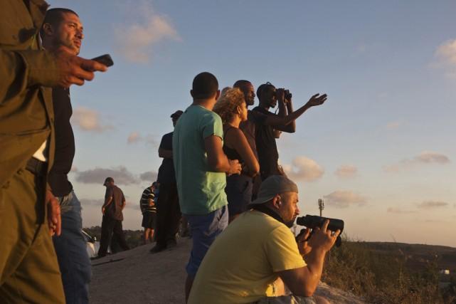 Des résidants de Sdérot observent le nord de... (PHOTO NIR ELIAS, REUTERS)