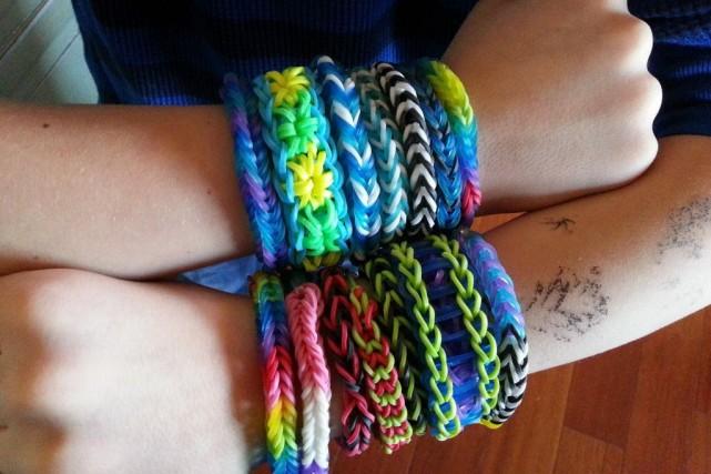 Les bracelets Rainbow Loom, petits élastiques colorés que l'on tisse pour en... (Photo Lori L. Volkman, AP)