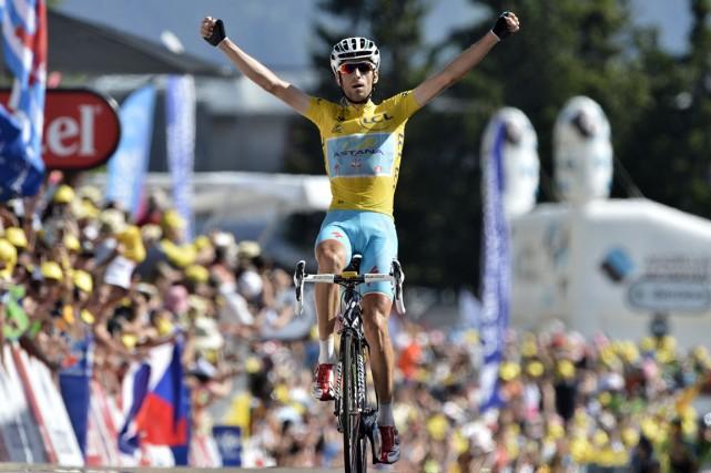 Le détenteur du maillot jaune Vincenzo Nibali a... (Photo Jeff Pachoud, AFP)
