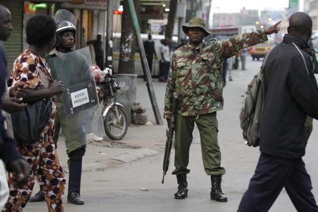 Un policier patrouille dans les rues de Nairobi,... (PHOTO THOMAS MUKOYA, ARCHIVES REUTERS)