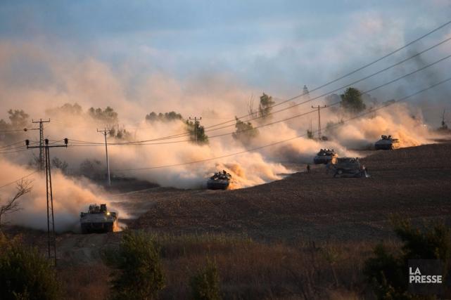Des chars d'assaut israéliens longent la frontière de... (Photo Ronen Zvulun, Reuters)
