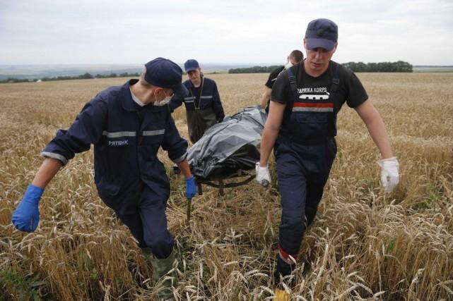 Les secouristes sont à pied d'oeuvre samedi pour... (PHOTO MAXIM ZMEYEV, REUTERS)