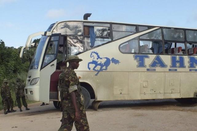 Des policiers entourent l'autobusmitraillé pardes hommes armés, vendredi... (PHOTO AGENCE FRANCE PRESSE)