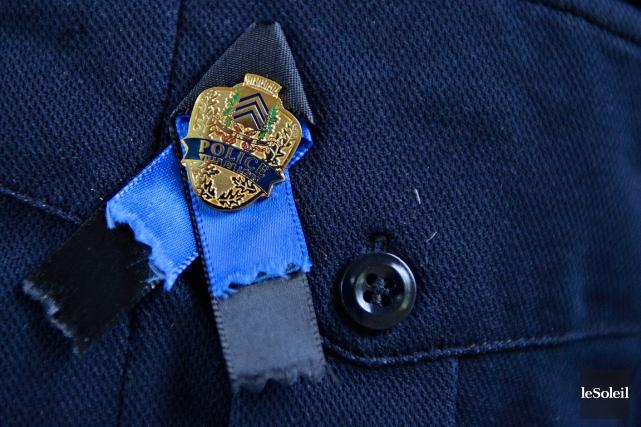 Chez les policiers, le ruban bleu et noir... (PHOTO PASCAL RATTHÉ, LE SOLEIL)