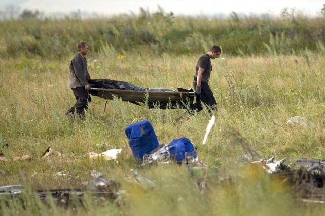 À Grabove, samedi, des corps ont été transportés... (Photo Vadim Ghirda, AP)