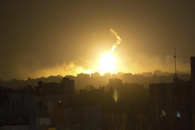 Un tir d'artillerie israélien à l'est de la... (PHOTO MAHMUD HAMS, AFP)