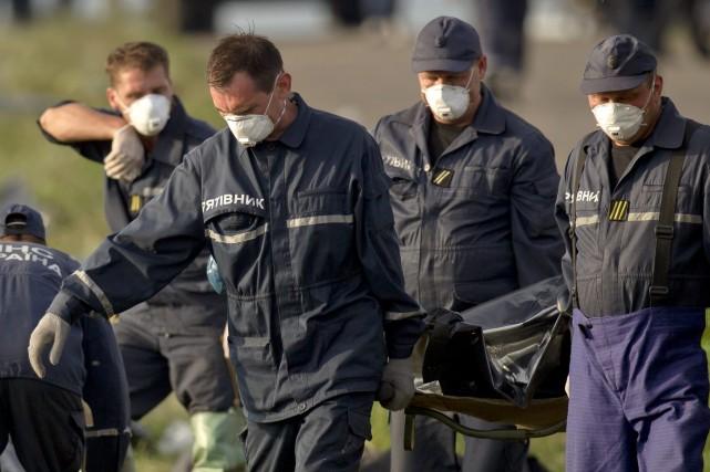 169 corps enlevés du site de l'écrasement de... (Photo Vadim Ghirda, AP)