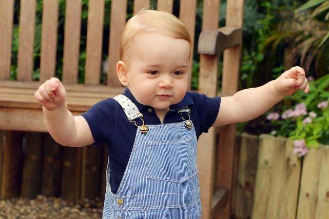Le Prince George, fils du Prince William et de Kate, apparait en train de... (Photo JOHN STILLWELL, AFP)