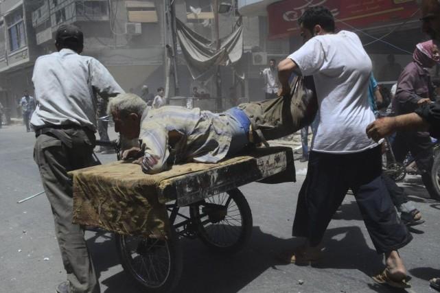 Un homme blessé dans l'explosion d'une voiture est... (PHOTO REUTERS)