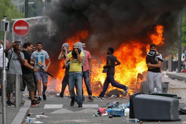 Des manifestants propalestiniens se sont rassemblés dimanche à... (PHOTO THIBAULT CAMUS, AP)