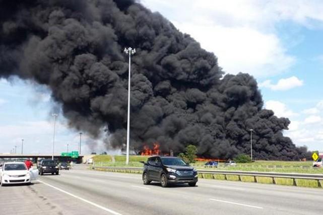 Le contenu d'un camion-citerne s'est enflammé, créant une... (IMAGE TIRÉE DE TWITTER)