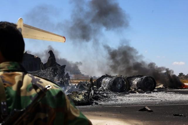 Deux avions ont été ravagés par les flammes... (Photo: AFP)