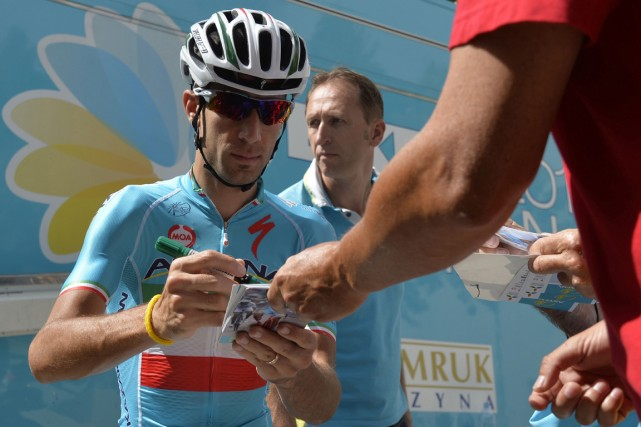 Le détenteur du maillot jaune Vincenzo Nibali a... (Photo Eric Feferberg, AFP)