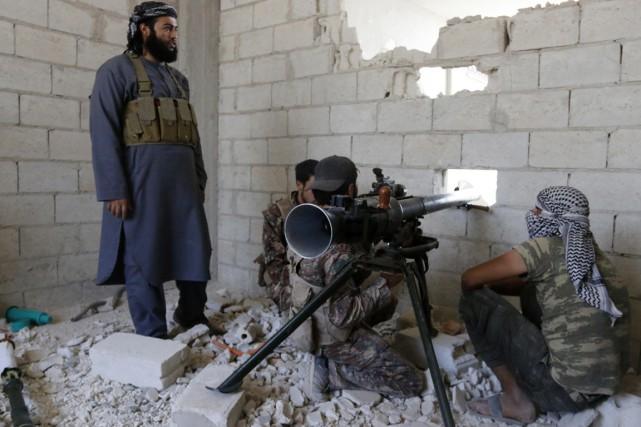 Des combattants rebelles dans la ville de Morek,... (PHOTO BADI KHLIF, REUTERS)