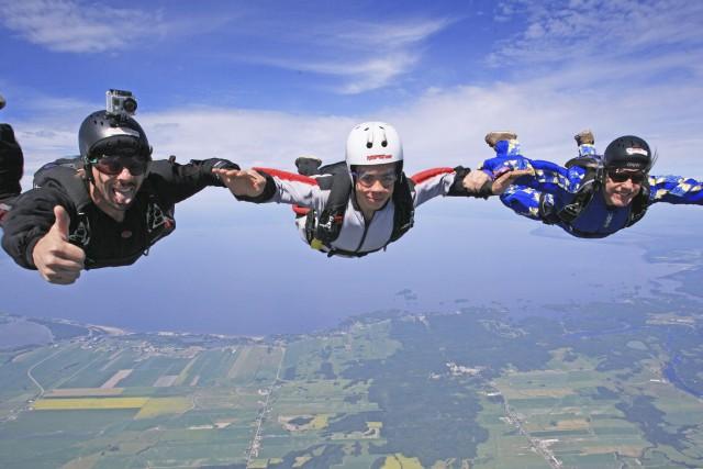 Est-ce que le parachutisme est une activité qui... (Courtoisie)