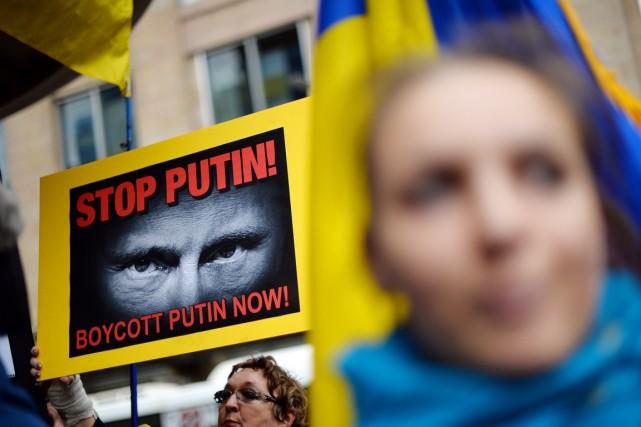 Des membres de la communauté ukrainienne d'Australie dénoncent... (PHOTO SAEED KHAN, AFP)