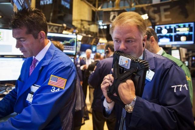 Wall Street a débuté dans le rouge lundi une semaine marquée par un déluge de... (PHOTO BRENDAN MCDERMID, ARCHIVES REUTERS)