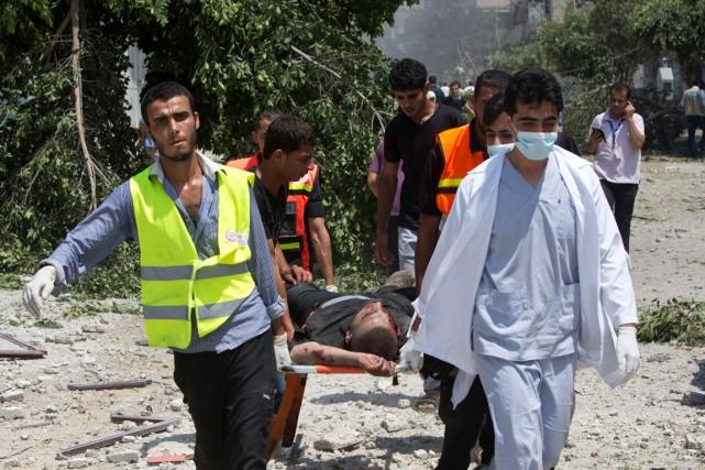 Des médecins évacuaient un homme de Chajaya, après... (PHOTO MAHMUD HAMS, AGENCE FRANCE-PRESSE)