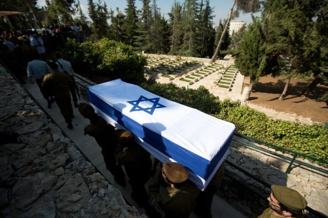 À Jérusalem, des soldats israéliens portent le cercueil... (Photo Sebastian Scheiner, Associated Press)